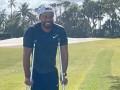 Woods na prvej fotke po nehode, s barlami na golfovom ihrisku